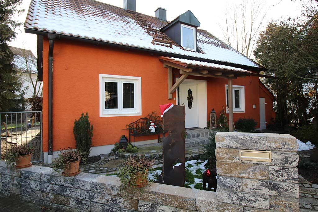 Neugestaltung einer Hausfassade in Orange, Weiße Fenster und Türen