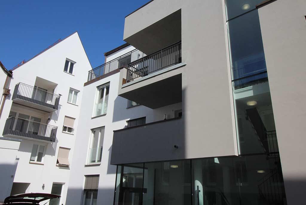 Modernes Gebäude, Balkone und Fassade in Grautönen