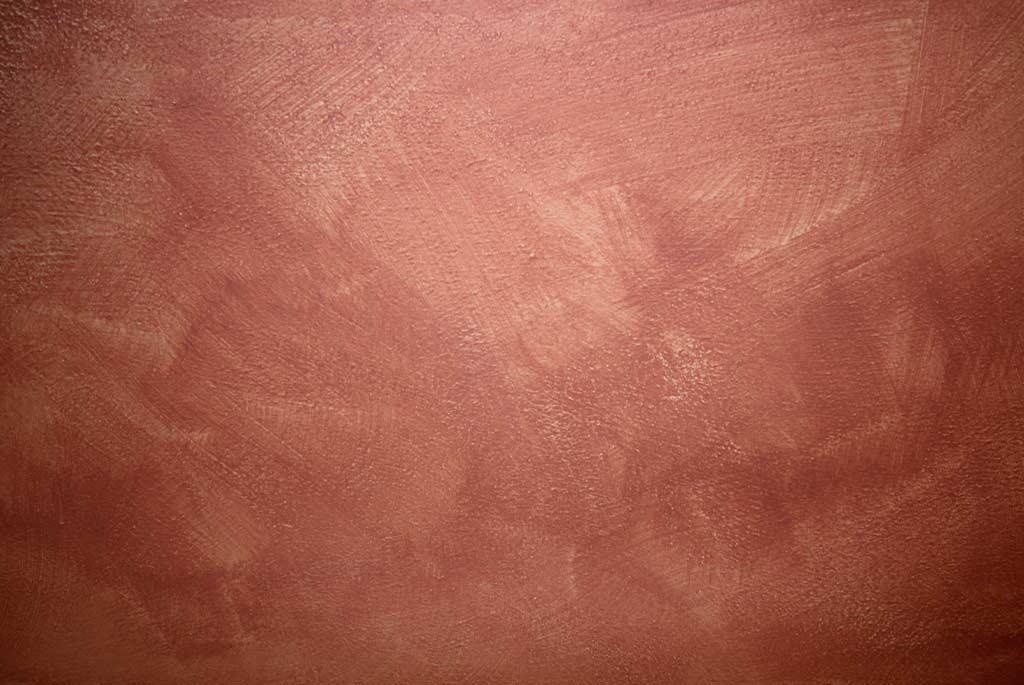 Rote Wand mit Lasurtechnik bearbeitet