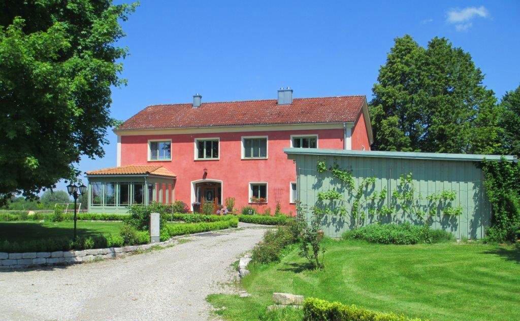 Haus mit roter Fasade Firmensitz Maler- und Lackierbetrieb Ehren