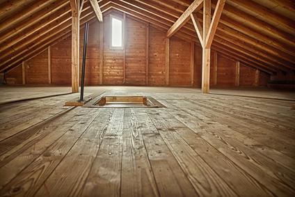 Leerer Holzdachboden mit Giebelfenster