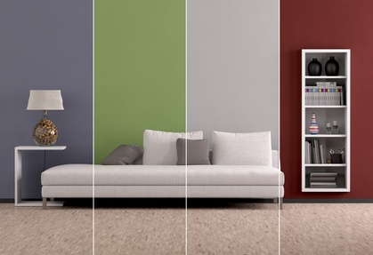 Caoch vor mehrfarbiger Wand