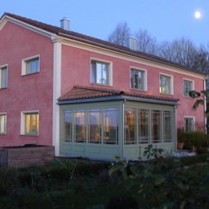 Rotes Haus mit Wintergarten